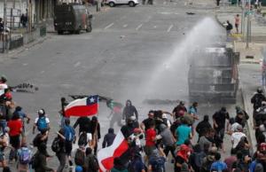 Manifestantes se enfrentan con carabineros en jornada de protestas