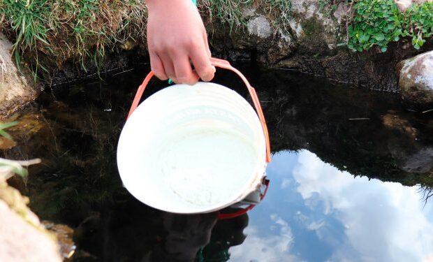 """Integrantes de la Asociación Rosario Coñiri demandan servicios básicos de agua y desagüe para el poblado de Jayllihuaya en Puno. Se han visto afectados por la falta de servicios básicos varios integrantes de la Asociación Rosario Coñiri. Lo cual ocurre debido al crecimiento de su población en los últimos años. Indicaron varios de ellos que la avenida Principal es la única zona en donde cuentan con estos beneficios. Ante lo cual demandan servicios básicos de agua y desagüe para Jayllihuaya. """"Nosotros tomamos agua de los pozos que hay aquí; algunos tienen sus propios pozos (…) Mi preocupación como madre son mis hijos, que aún son niños. Ellos corren el riesgo de enfermarse, sobre todo de tener problemas del estómago"""". Citó a la pobladora Rosa Velásquez Sairitupa. Al final indicó que en este lugar existe una gran cantidad de familias que afrontan la pandemia de la covid-19 sin tener agua potable. Por lo que solicitan a las autoridades dar solución a sus problemas lo más pronto posible."""