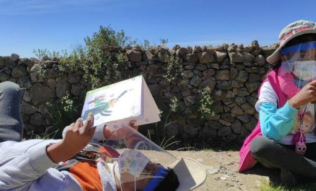 Otorgan libros a escuela rural de Amantani