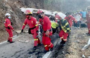 16 fallecidos tras vuelco de bus de empresa minera